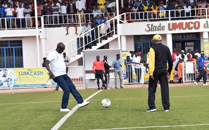 Le Président de la République SE Pierre NKURUNZIZA et le Prsident de la FFB Très Honorable Révérien NDIKURIYO donnant le coup d'envoi de la finale de la coupe du Président,édition 2017